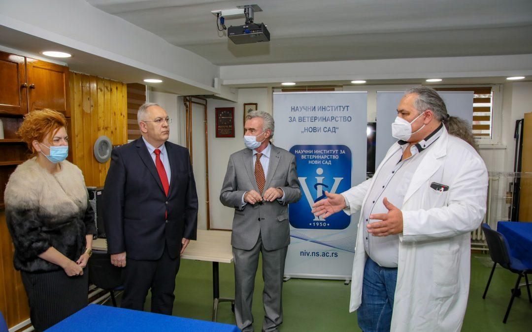 """СРБАТОМ донирао опрему у вредности од 85.000 евра Научном институту за ветеринарство """"Нови Сад"""" ради брзог детектовања корона вируса"""